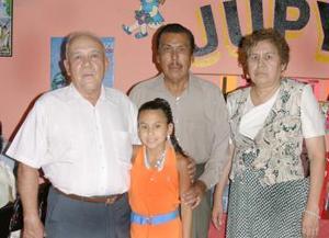 Lolita Alcalá Ibarra acompañada por sus abuelitos Jesús Alcalá, Francisca MEsta de Alcalá y UIbaldo Ibarra, el día de que festejó su décimo cumpleaños con un divertido cumpleaños.