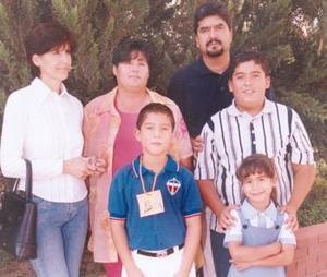 Luis Fernando Reyes González el día de su graduación en compañía de sus papásy sus hermanos.