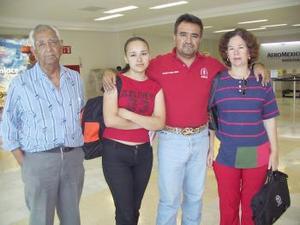 Adriana Ramos viajó a Estados Unidos y fue despedida por Francisco, Martha e Israel.