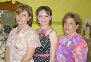 Nitzia Yamina Escobedo Mata con las anfitrionas de su despedida de soltera, Yamina Mata Ortiz y Lucero Garza.