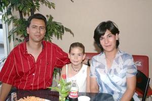 <u><i> 11 de Agosto </u></i><p>  Eduardo Carreón y Beatriz Llerenas, en compañía de su hija Beatriz Carreón Llerenas.