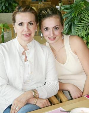 <u><i> 11 de Agosto </u></i><p>  Gaby y Valeria Daccaret.