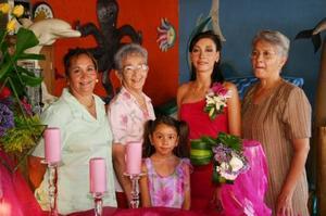 Kenia García Rimada, con algunas de las invitadas a su despedida de soltera.