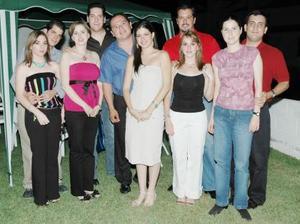 Marina Sánchez García y Carlos A. Manjarrez Milán recibieron múltiples felicitaciones por su próxima boda, en la despedida de solteros que les ofreció un grupo de amigos.