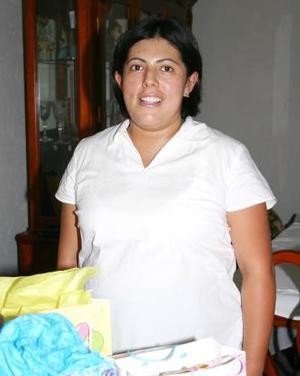 Flora García Cervantes espera el nacimiento de su segundo bebé para los últimos días de agosto, y por tal motivo recibió numerosos obsequios en su fiesta de canastilla.