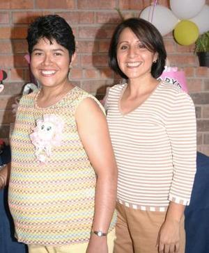 Matilde Herrera López en compañía de Claudia Jaramillo, organizadora de la fiesta de regalos para el bebé que espera.