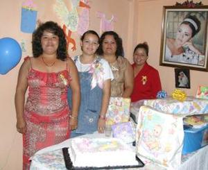 <u><i> 10 de Agosto </i></u><p> Yadira Alinn Adriano de Velázquez, con las organizadoras de su fiesta de canastilla.