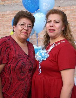 <u><i> 11 de Agosto </i></u><p>  Yolanda Martínez de Enríquez con la organizadora de su fiesta de canastilla, Anita Fernández de Martínez.