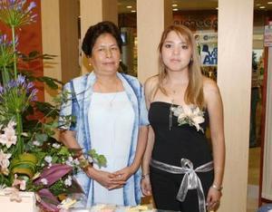 Katia Lizeth Santiago González, acompañada de la organizadora de su despedida de soltera.