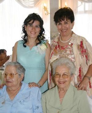 Elsa rentería de Berrote acompañada de su familia, en la fiesta de canastilla que le ofrecieron.