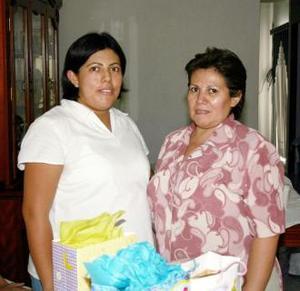 Flora García Cervantes junto a Rosa Cervantes, organizadora de su fiesta de regalos.
