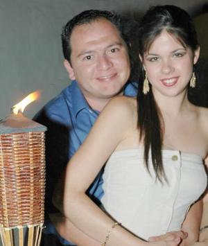 Carlos Manjarrez y Maria Sánchez, en la despedida de solteros que les ofrecieron un grupo de amigos.