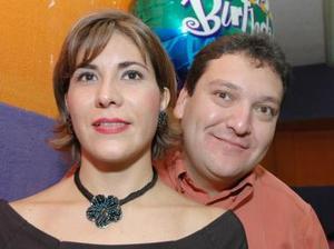 José Manuel Sada Reyes acompañado de su esposa Marcela López de Sada, en el  convivio que le ofreció por su cumpleaños.