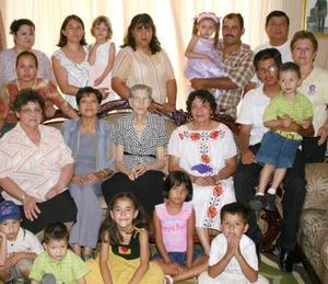 Señora Lidia Delgado Vda. de MArtínez celebró sus 92 años de vida, con un grato festejo en el cual estuvieron presentes familiares y amistades para felicitarla.
