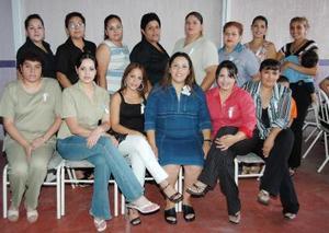 Evelyn Edith Vázquez de Contreras, acompañada de algunas asistentes a su fiesta de regalos.