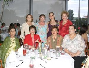 Evy Meraz Magaña, con algunas de las asistentes a su primera despedida de soltera.