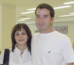 Con destino al DF viajó Laurencia González, la despidió Alberto Herrera.
