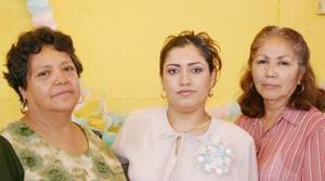 Elizabeth López de Ambriz junto a las anfitrionas de la fiesta de canastilla que le ofrecieron.