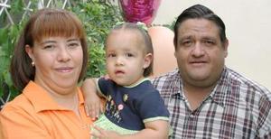 Ana Lucía Villalobos Martínez junto a sus papás, Adriana Martínez de Villalobos y Carlos Enrique Villalobos Barraza.