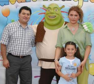 <u><i> 13 de Agosto </u></i><p>  Renata Stephanie Muñoz Carlos con sus papás, Juan Miñoz Dávila y Alba Elena de Muñoz, en divertido festejo que le ofrecieron con motivo de su quinto cumpleaños.