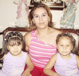 Aleptse y Mizply Enríquez junto a su mamá Estela Mireles de Enríquez, en pasado festejo social.