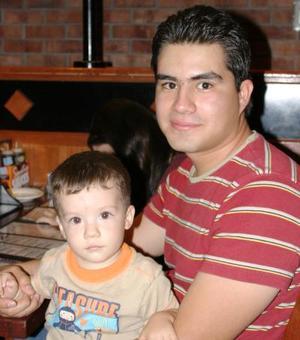 Arón y Fabián Ocon, captados en un restaurante de la localidad.