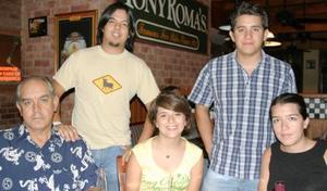 Jorge, Jimena y Mariene Hernández, Adriana Pérez y Emilio Hernández.