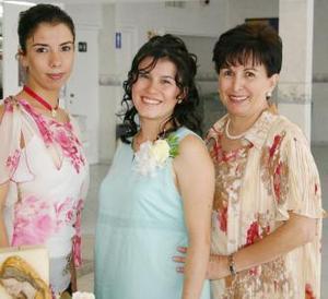 Elsa María rentería de berroeta en compañía de las organizadoras de su fiesta de regalos, Elsa de Rentería y Susy Rentería Ramírez.