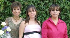 <u><i> 14 de Agosto </i></u><p>  Odilia García de Ollivier con las anfitrionas de su fiesta de canastilla, Edith de Ollivier y Carmen de García.
