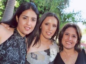 Perla Valeria en compañía de sus hermanas Marcela y Miriam Ayala Alanís.