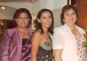 La festejada  Perla Valeria en compañía de sus hermanos Marcela y Miriam Ayala Alanís.