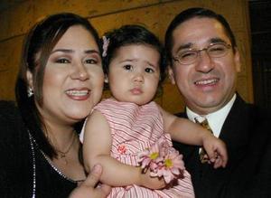 Marycruz Salgado de Ayala y Alberto ayala con su hija Azul ayala, en reciente festejo social.