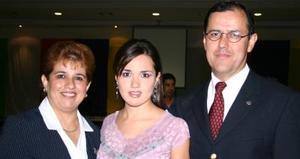 La nueva Reina de la Feria de Torreón Nora I junto a sus padres, Arturo González Ceniceros y Nora Ochoa de González.
