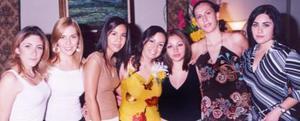 María Eugenia  acompañada de algunas de las asistentes a su despedida de soltera.