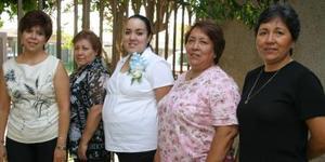 Susana de Arias en compañía de Ma. Luisa Luna, Yolanda Luna, Rosy Luna e Irma Luna, en la fiesta de regalos que le ofrecieron al bebé que espera.