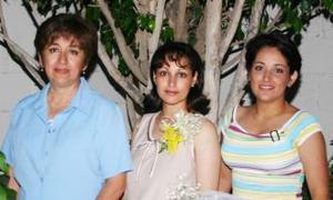 Brenda Angélica García de Chávez con las anfitrionas de su fiesta de canastilla, María Eugenia Dávila y Adriana Eugenia García de Gómez.