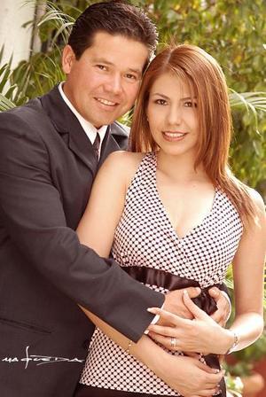Sr. Eduardo Torres Cavazón y Srita. Evelyn Asalia Galindo Reyes efectuaron su presentación religiosa en la iglesia de san Felipe de Jesús el jueves 29 de julio de 2004.