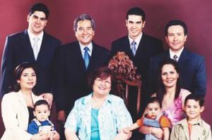 Lic. Jesús de León Sauza y Sra. María del Carmen Tello de León celebraron sus 35 años de matrimonio acompañados de su familia.