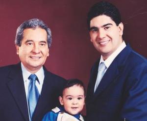 Lic. Jesús de León Sauza, Lic. Jesús de León Tello y niño Jesús de León Hernández forman parte de tres generaciones.
