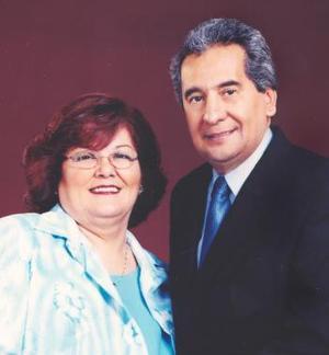 Lic. Jesús de León Sauza y Sra. Ma. del Carmen Tello de León celebraron 35 años de casados el pasado 19 de abril de 2004.