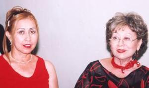 Delia Hamabata de Cabranes y Lilia Cabranes de Castro, hermana y mamá del novio, respectivamente.