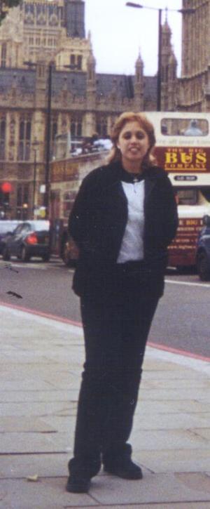 Norma Angélica Mireles Borjas, de paseo por las calles de Londres, Inglaterra, al fondo se observa el famoso Big Ben.