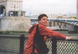 Pablo Isac saucedo Martínez en su más reciente viaje por la ciudad de Londres, Inglaterra, frente al London Brigde, observando el Río Támesis.