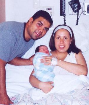 Luis ernesto MArtínez Ortega y Diana Flores de Martínez en compañía de su pequeño hijo Sebastián, quien nació el pasado 26 de junio.