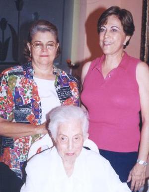 <u><i> 14 de Agosto </u></i><p>  Doña Conchita Pérez Vda. de González festejó su cumpleaños en días pasados, acompañada de sus hijas Josefina y María Luisa González Pérez.