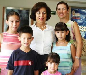 Despidideron a la señora Pili de León, su hija Pili de Jiménez y sus nietos, Daniela, Maripili, Santiago y Angie.