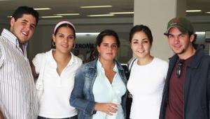 Santiago Luengo, Sofía Grageda, Fernanada Luengo, Dora Flores y Pablo Luengo.