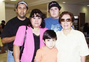 Rafael y Alejandro viajaron a México y fueron despedidos por la familia Torres González.