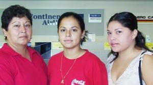 Saray Samaniego voló con destino a Tijuana, la despidieron Lizeth y Evangelina Samaniego.
