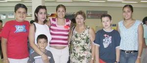 Denisse Guillén viajó con destino a Tijuana, la despidió la familia Guillén Torres.